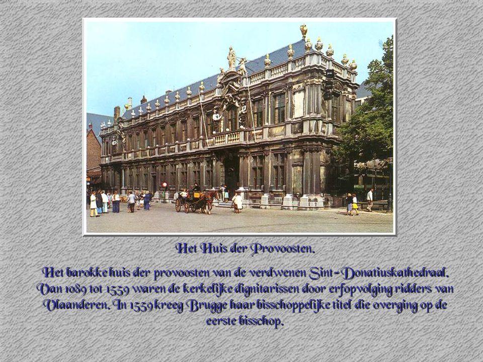 Het Huis der Provoosten. Het barokke huis der provoosten van de verdwenen Sint-Donatiuskathedraal. Van 1089 tot 1559 waren de kerkelijke dignitarissen
