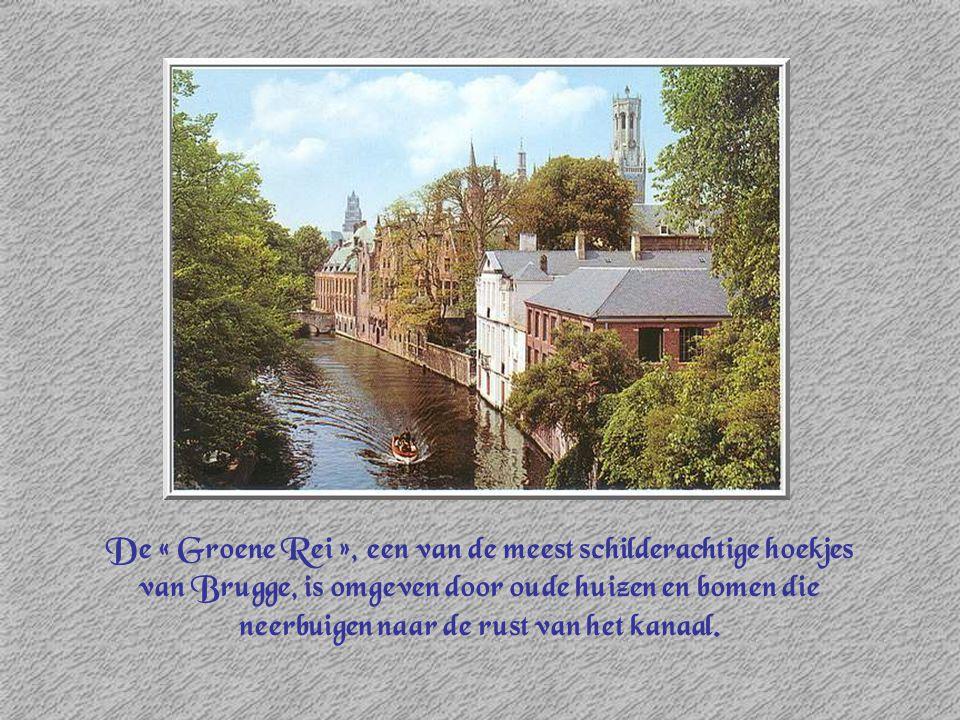 De « Groene Rei », een van de meest schilderachtige hoekjes van Brugge, is omgeven door oude huizen en bomen die neerbuigen naar de rust van het kanaa