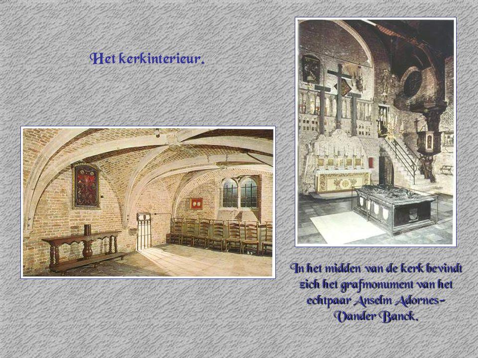 Het kerkinterieur. In het midden van de kerk bevindt zich het grafmonument van het echtpaar Anselm Adornes- Vander Banck.