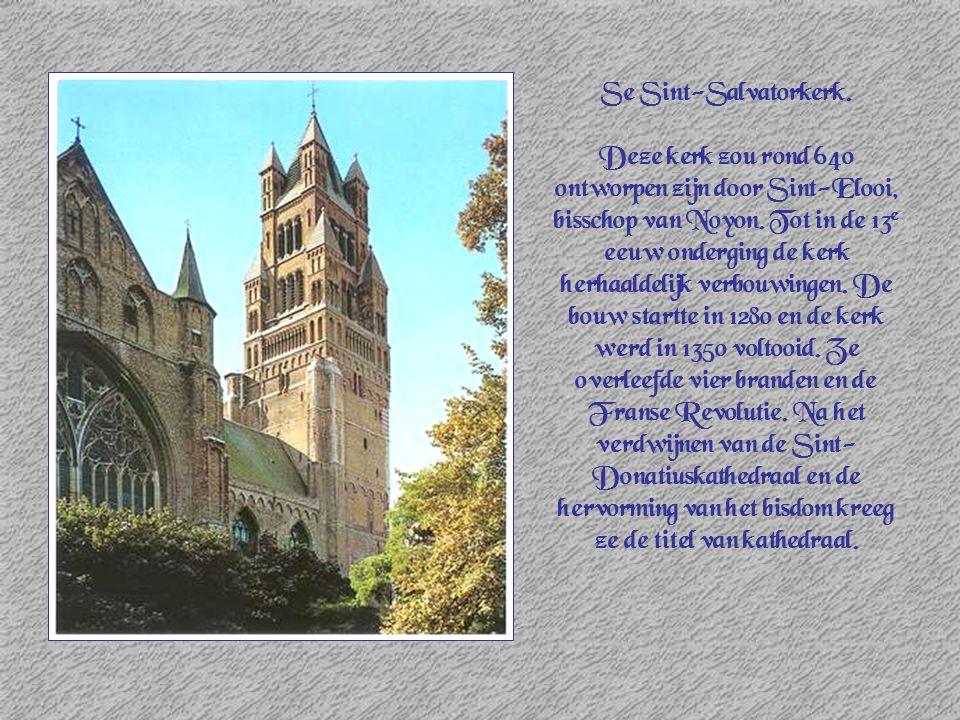 Se Sint-Salvatorkerk. Deze kerk zou rond 640 ontworpen zijn door Sint-Elooi, bisschop van Noyon. Tot in de 13 e eeuw onderging de kerk herhaaldelijk v