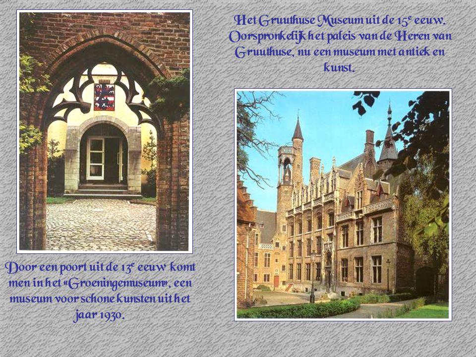 Door een poort uit de 13 e eeuw komt men in het «Groeningemuseum», een museum voor schone kunsten uit het jaar 1930. Het Gruuthuse Museum uit de 15 e