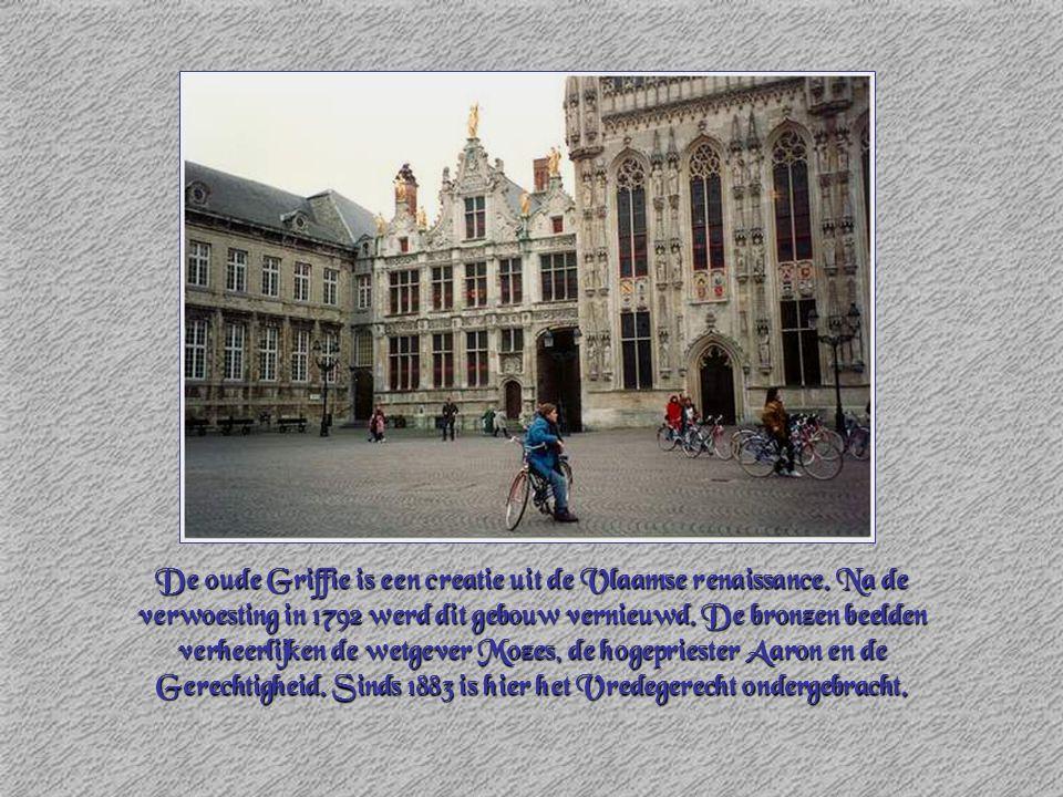 De oude Griffie is een creatie uit de Vlaamse renaissance. Na de verwoesting in 1792 werd dit gebouw vernieuwd. De bronzen beelden verheerlijken de we