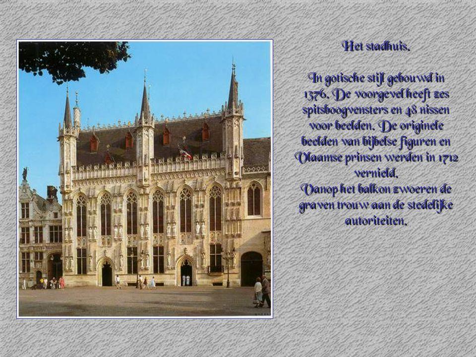 Het stadhuis. In gotische stijl gebouwd in 1376. De voorgevel heeft zes spitsboogvensters en 48 nissen voor beelden. De originele beelden van bijbelse