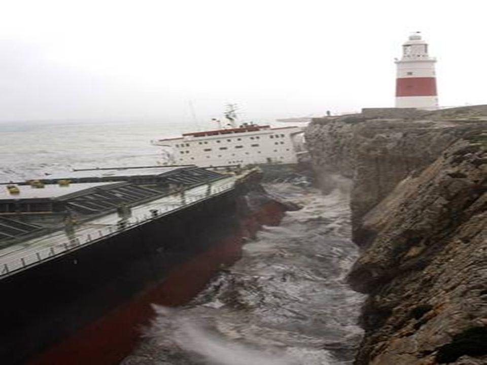 De beide helften bleven op de rotsen zitten en werden door de zware zeegang continu tegen de rotsen geslagen waarbij het wrak olie lekte.
