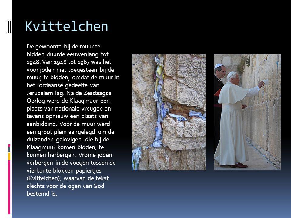 Kvittelchen De gewoonte bij de muur te bidden duurde eeuwenlang tot 1948. Van 1948 tot 1967 was het voor joden niet toegestaan bij de muur, te bidden,