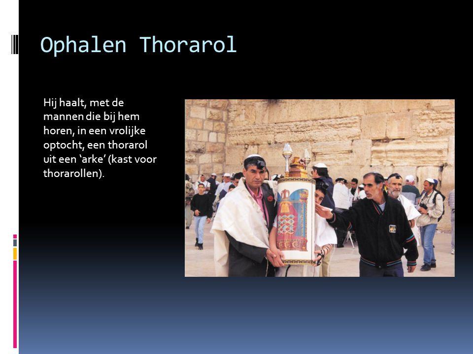 Ophalen Thorarol Hij haalt, met de mannen die bij hem horen, in een vrolijke optocht, een thorarol uit een 'arke' (kast voor thorarollen).