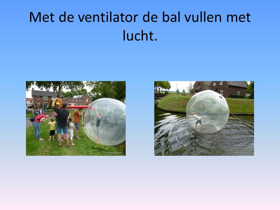Met de ventilator de bal vullen met lucht.