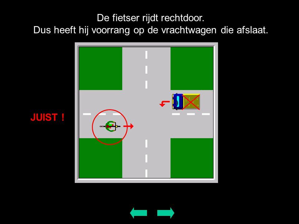 De fietser rijdt rechtdoor. Dus heeft hij voorrang op de vrachtwagen die afslaat. JUIST !