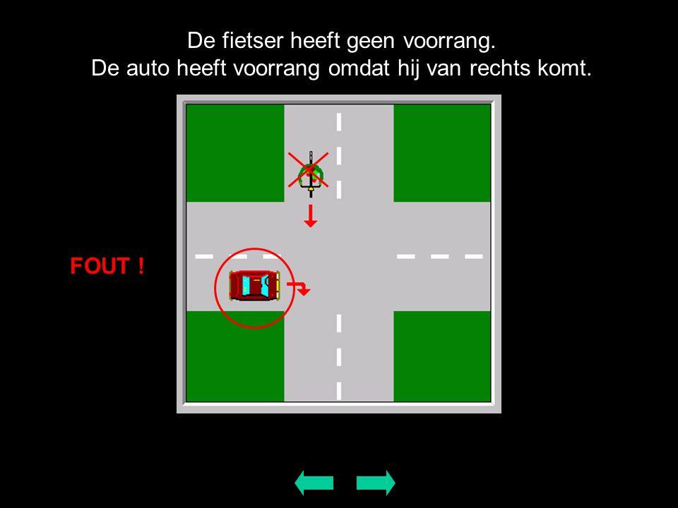 De fietser heeft geen voorrang. De auto heeft voorrang omdat hij van rechts komt. FOUT !