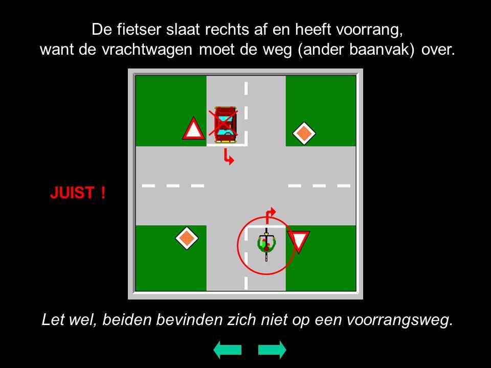 De fietser slaat rechts af en heeft voorrang, want de vrachtwagen moet de weg (ander baanvak) over. JUIST ! Let wel, beiden bevinden zich niet op een