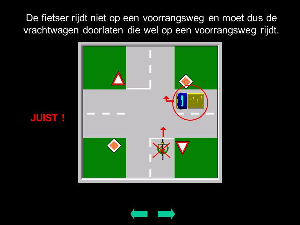 De fietser rijdt niet op een voorrangsweg en moet dus de vrachtwagen doorlaten die wel op een voorrangsweg rijdt. JUIST !