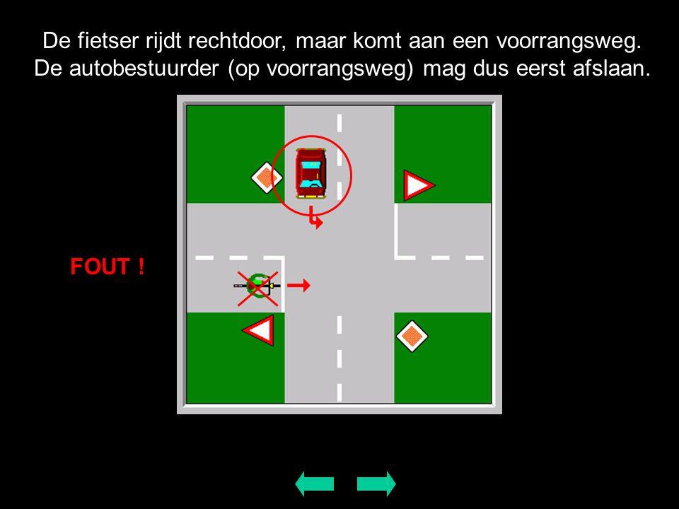 De fietser rijdt rechtdoor, maar komt aan een voorrangsweg. De autobestuurder (op voorrangsweg) mag dus eerst afslaan. FOUT !