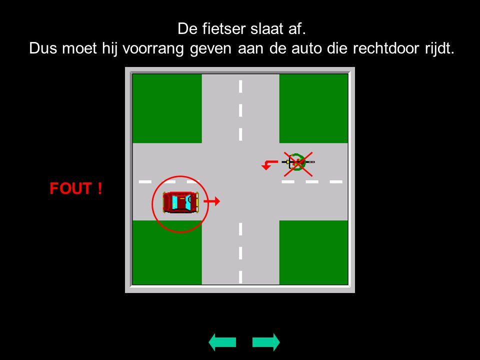 De fietser slaat af. Dus moet hij voorrang geven aan de auto die rechtdoor rijdt. FOUT !