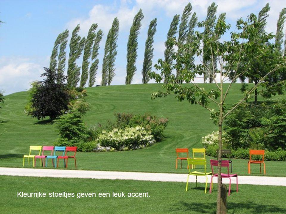 Kleurrijke stoeltjes geven een leuk accent.