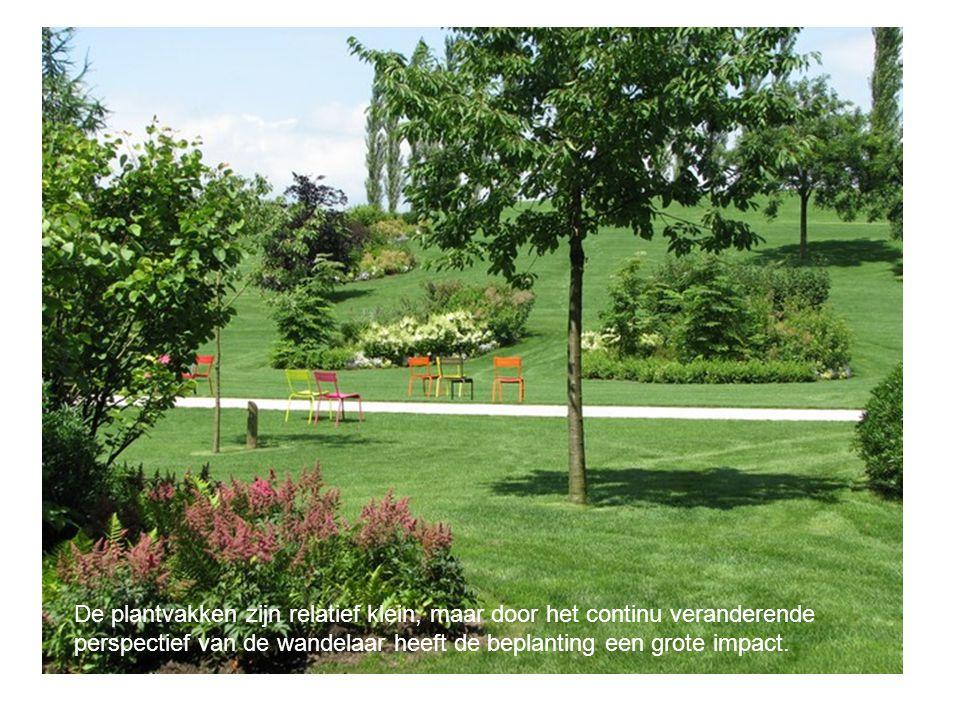 De plantvakken zijn relatief klein, maar door het continu veranderende perspectief van de wandelaar heeft de beplanting een grote impact.