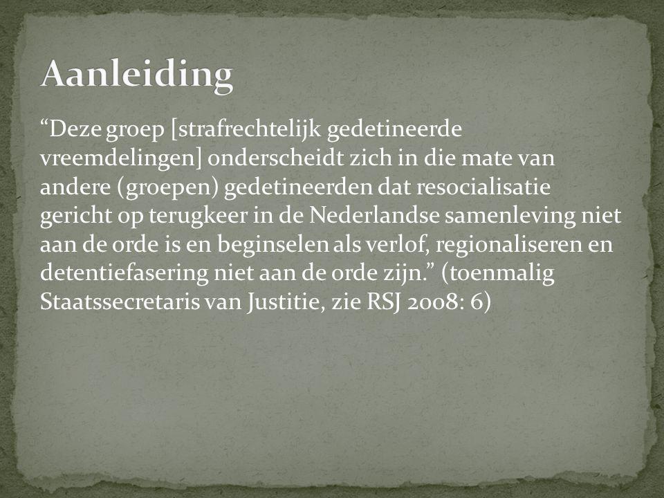Deze groep [strafrechtelijk gedetineerde vreemdelingen] onderscheidt zich in die mate van andere (groepen) gedetineerden dat resocialisatie gericht op terugkeer in de Nederlandse samenleving niet aan de orde is en beginselen als verlof, regionaliseren en detentiefasering niet aan de orde zijn. (toenmalig Staatssecretaris van Justitie, zie RSJ 2008: 6)