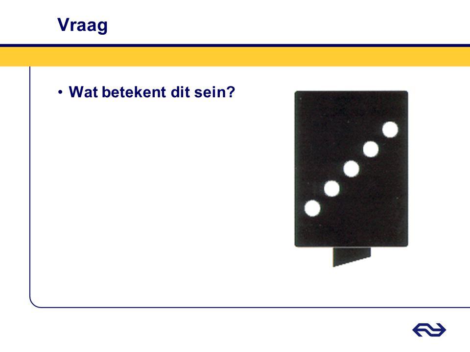 Antwoord Twee verticaal, witte lichten per spoor •Er nadert geen trein over het spoor van de brug waarop het sein betrekking heeft.