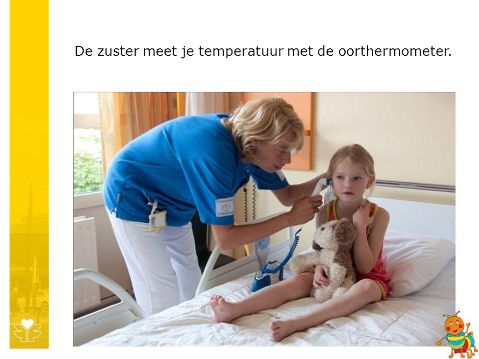 De zuster meet je temperatuur met de oorthermometer.