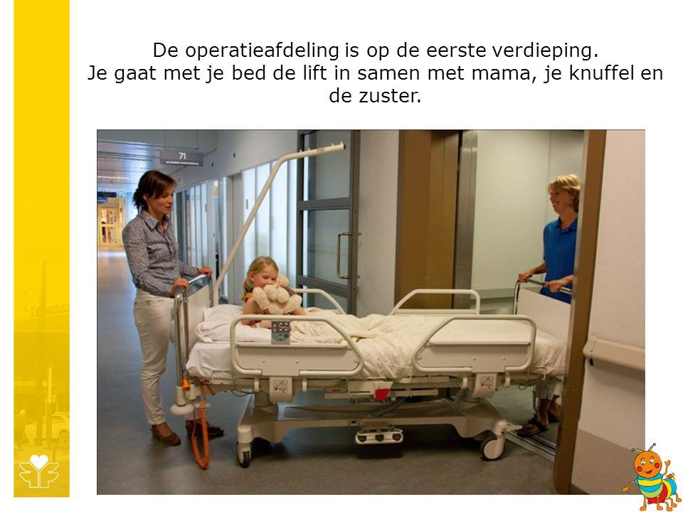 De operatieafdeling is op de eerste verdieping. Je gaat met je bed de lift in samen met mama, je knuffel en de zuster.