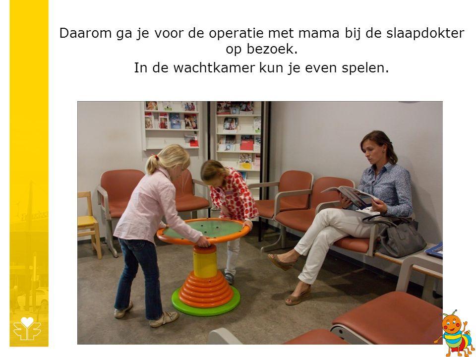 Daarom ga je voor de operatie met mama bij de slaapdokter op bezoek. In de wachtkamer kun je even spelen.