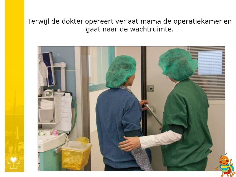 Terwijl de dokter opereert verlaat mama de operatiekamer en gaat naar de wachtruimte.