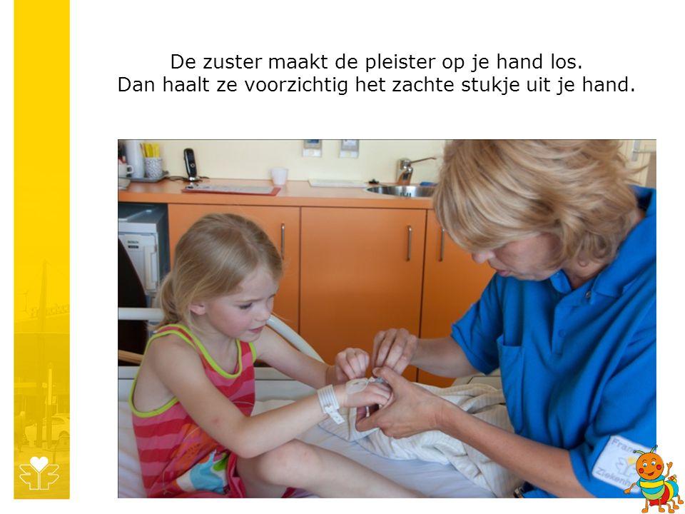 De zuster maakt de pleister op je hand los. Dan haalt ze voorzichtig het zachte stukje uit je hand.