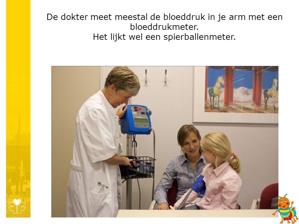 De dokter meet meestal de bloeddruk in je arm met een bloeddrukmeter. Het lijkt wel een spierballenmeter.