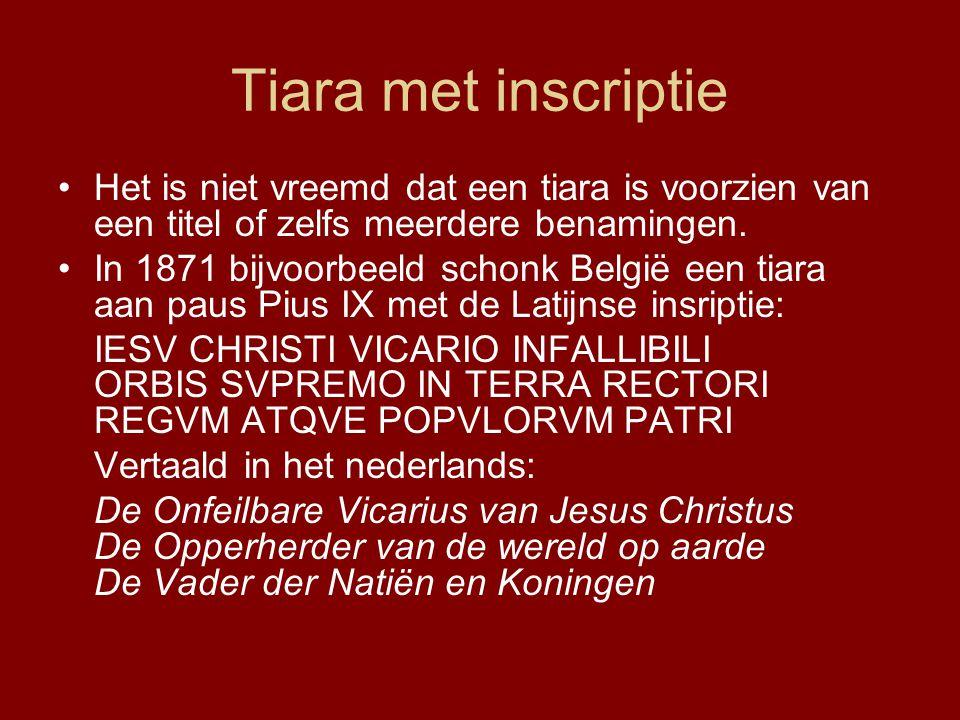Tiara met inscriptie •Het is niet vreemd dat een tiara is voorzien van een titel of zelfs meerdere benamingen.