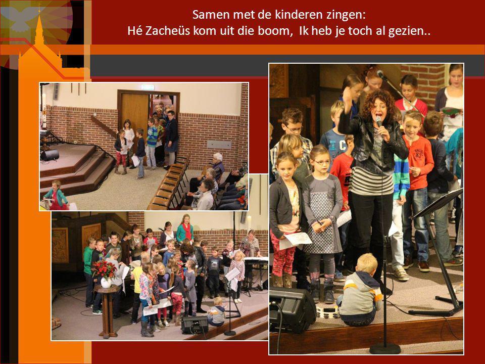 Samen met de kinderen zingen: Hé Zacheüs kom uit die boom, Ik heb je toch al gezien..