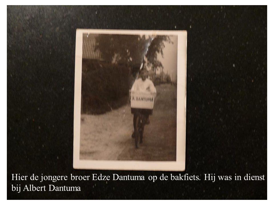 Hier de jongere broer Edze Dantuma op de bakfiets. Hij was in dienst bij Albert Dantuma