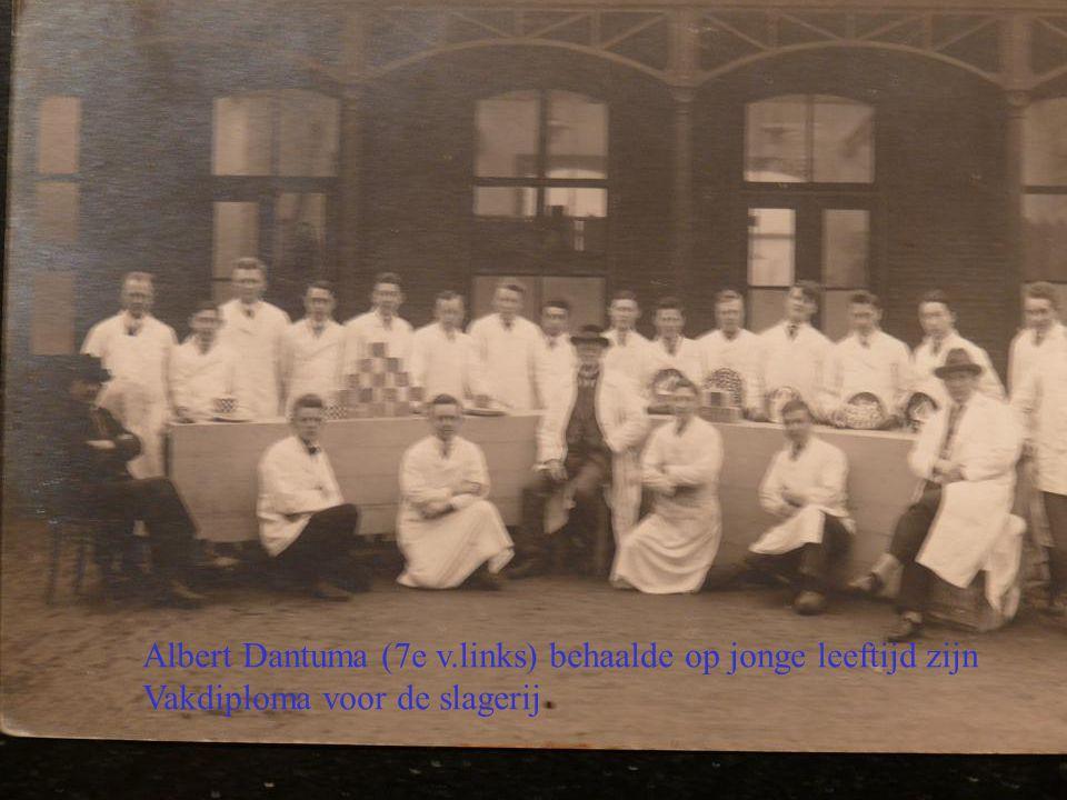 Albert Dantuma (7e v.links) behaalde op jonge leeftijd zijn Vakdiploma voor de slagerij