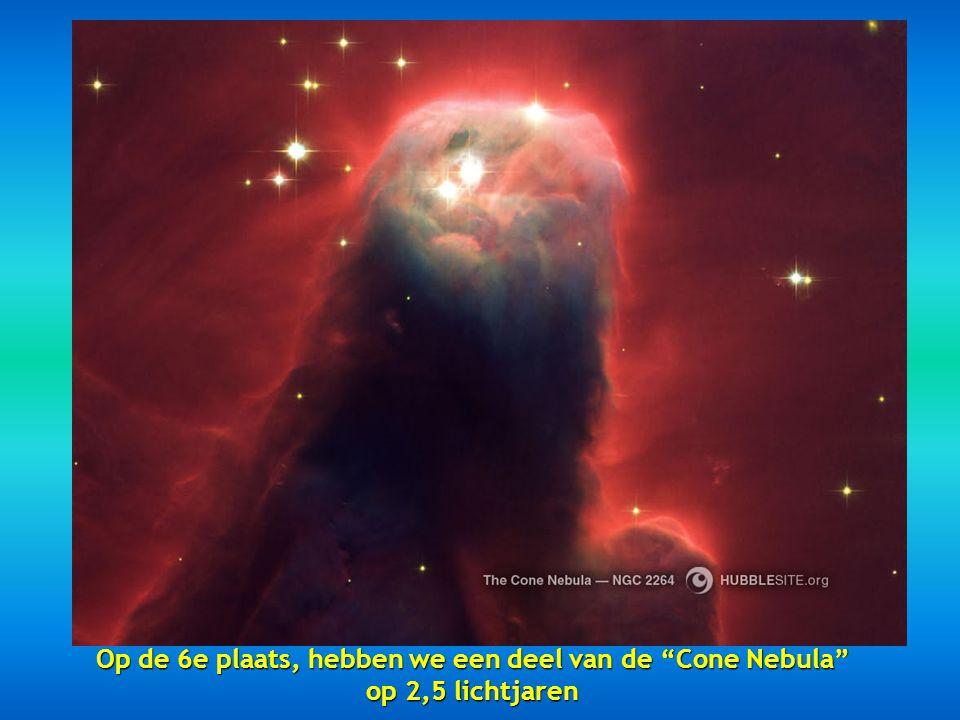"""De vijfde plaats is voor de """"Hour Glass Nebula"""" op 8000 licht jaren het resultaat van een ontploffende ster."""