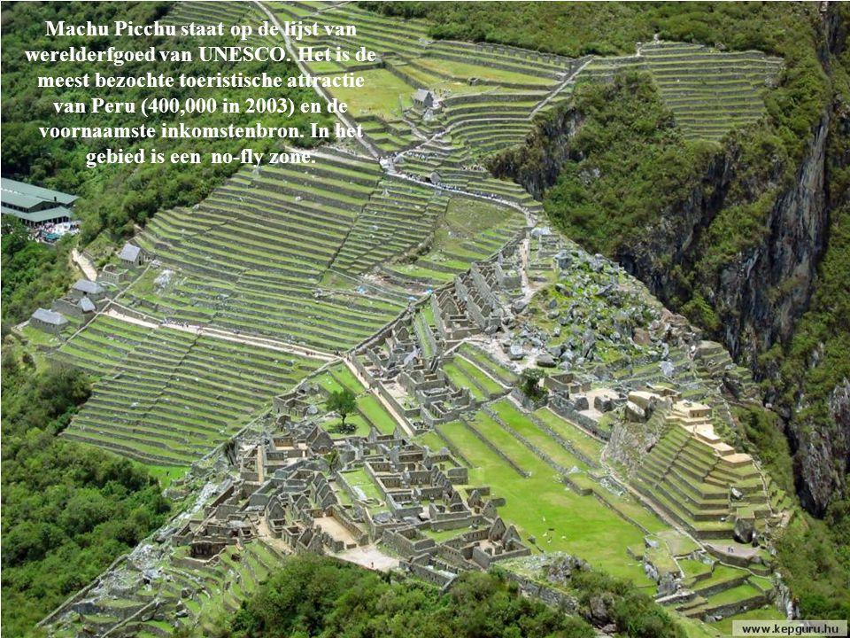 Machu Picchu bevindt zich op de top van een verticale rotswand van 600 meter, die eindigt aan de voet van de Urubamba Rivier.