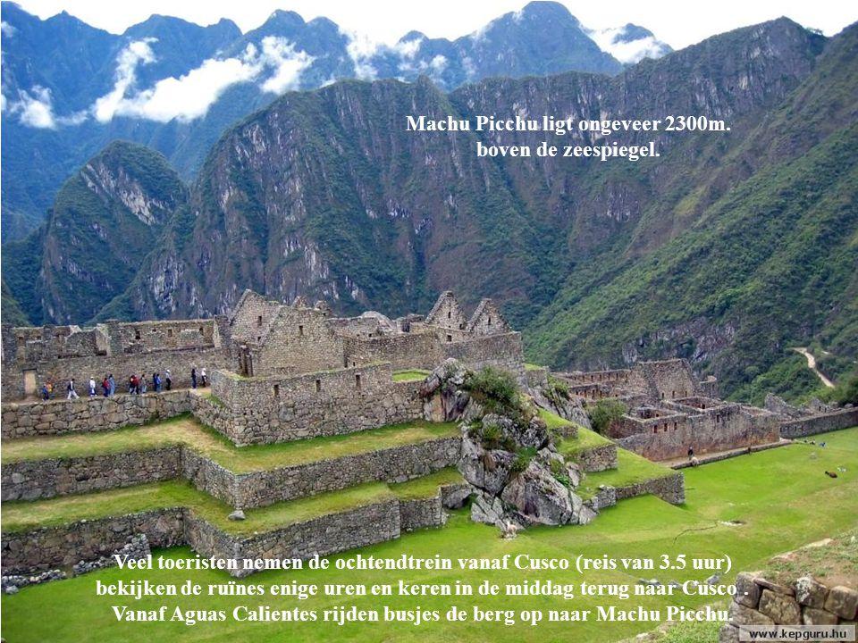 Duizenden toeristen lopen elk jaar de Inca Trail, een 2 of 4 daagse voetreis vanaf de Urubamba valei naar boven het Andesgebergte in.