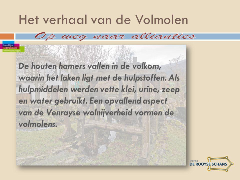 Het verhaal van de Volmolen De houten hamers vallen in de volkom, waarin het laken ligt met de hulpstoffen.