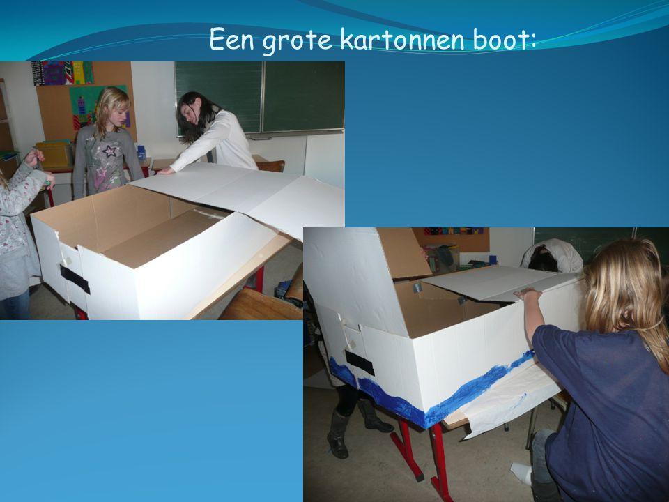 Een grote kartonnen boot: