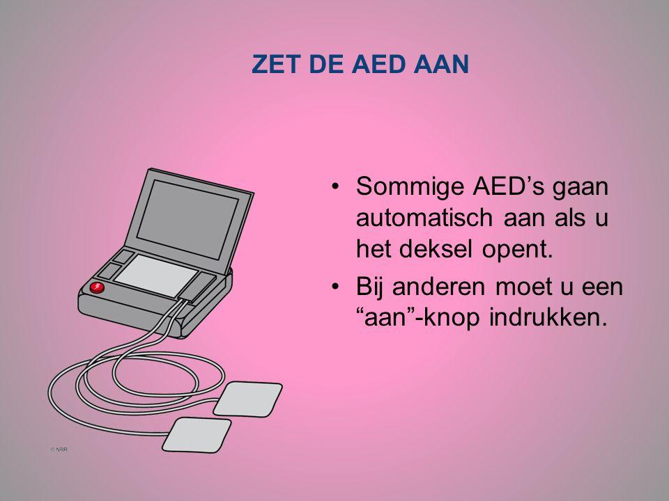 """ZET DE AED AAN •Sommige AED's gaan automatisch aan als u het deksel opent. •Bij anderen moet u een """"aan""""-knop indrukken."""