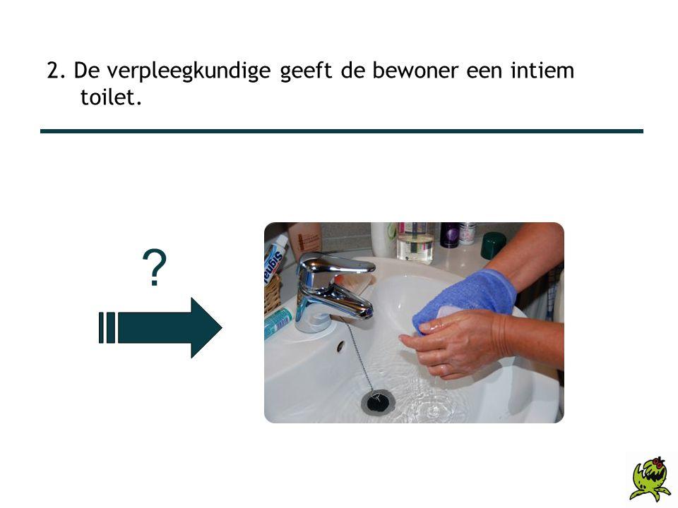 2. De verpleegkundige geeft de bewoner een intiem toilet. ?