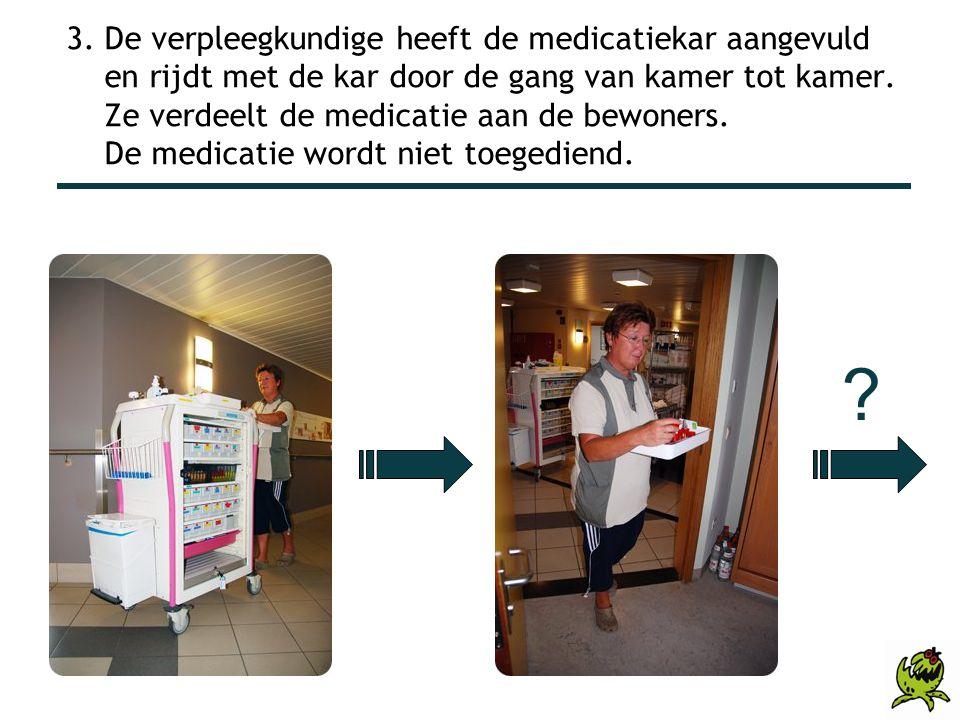 3. De verpleegkundige heeft de medicatiekar aangevuld en rijdt met de kar door de gang van kamer tot kamer. Ze verdeelt de medicatie aan de bewoners.