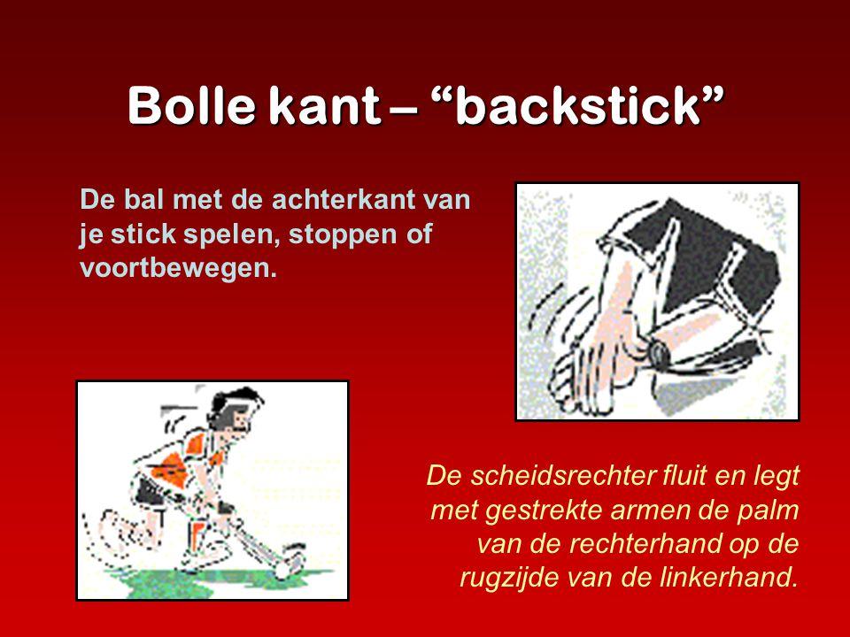 """Bolle kant – """"backstick"""" De scheidsrechter fluit en legt met gestrekte armen de palm van de rechterhand op de rugzijde van de linkerhand. De bal met d"""