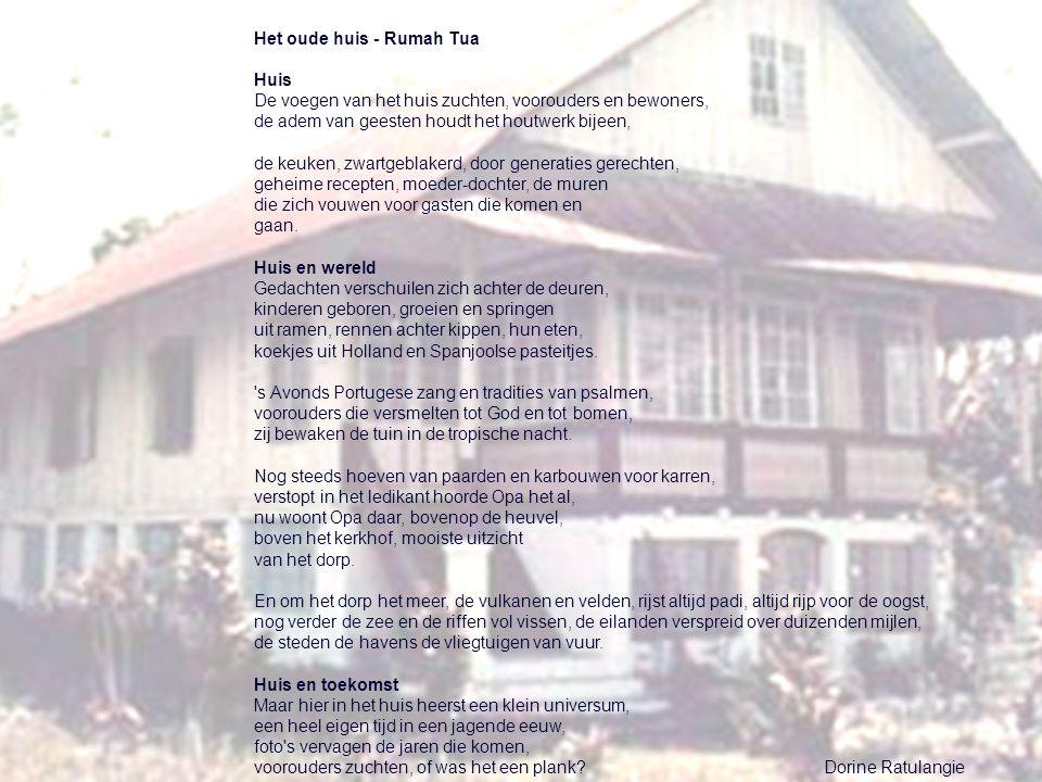 Het oude huis - Rumah Tua Huis De voegen van het huis zuchten, voorouders en bewoners, de adem van geesten houdt het houtwerk bijeen, de keuken, zwart