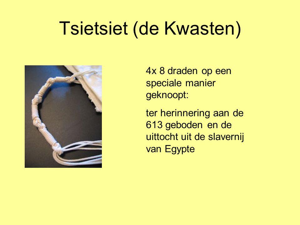 Tsietsiet (de Kwasten) 4x 8 draden op een speciale manier geknoopt: ter herinnering aan de 613 geboden en de uittocht uit de slavernij van Egypte