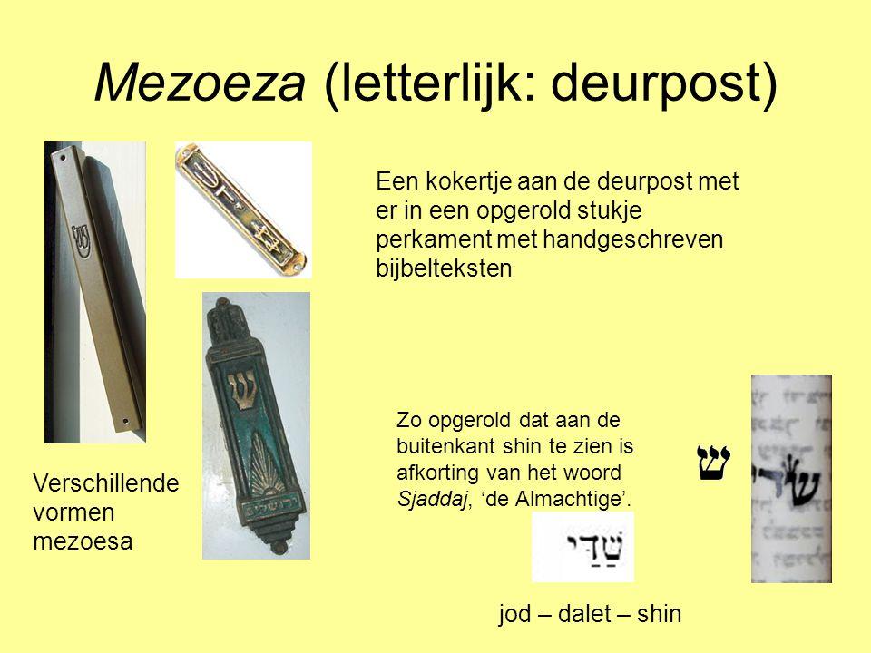 Mezoeza (letterlijk: deurpost) Een kokertje aan de deurpost met er in een opgerold stukje perkament met handgeschreven bijbelteksten Verschillende vor