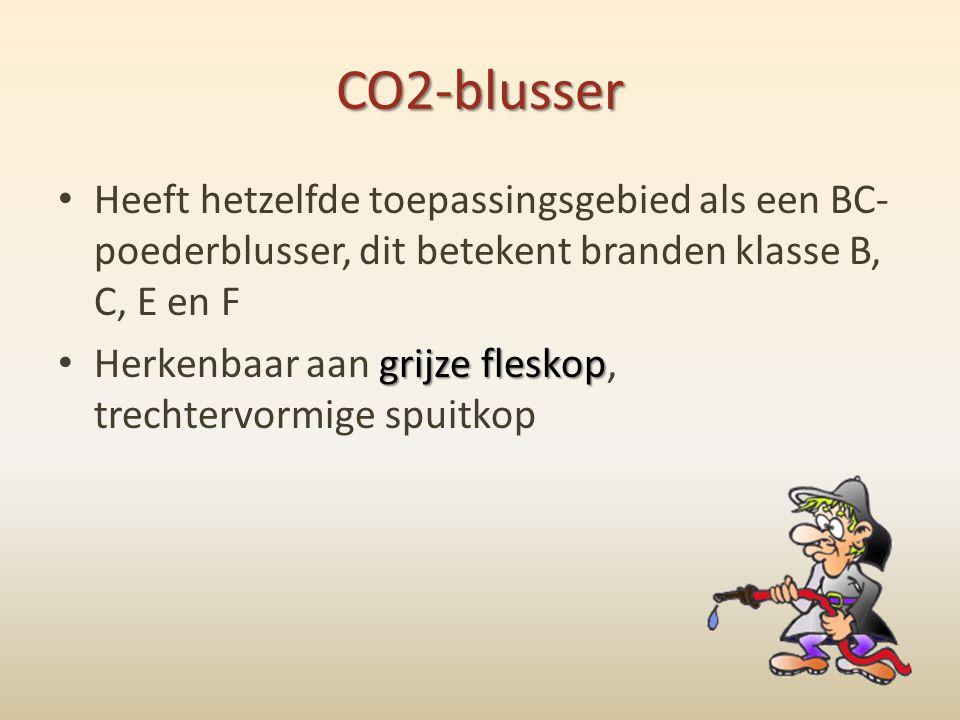 CO2-blusser • Heeft hetzelfde toepassingsgebied als een BC- poederblusser, dit betekent branden klasse B, C, E en F grijze fleskop • Herkenbaar aan gr