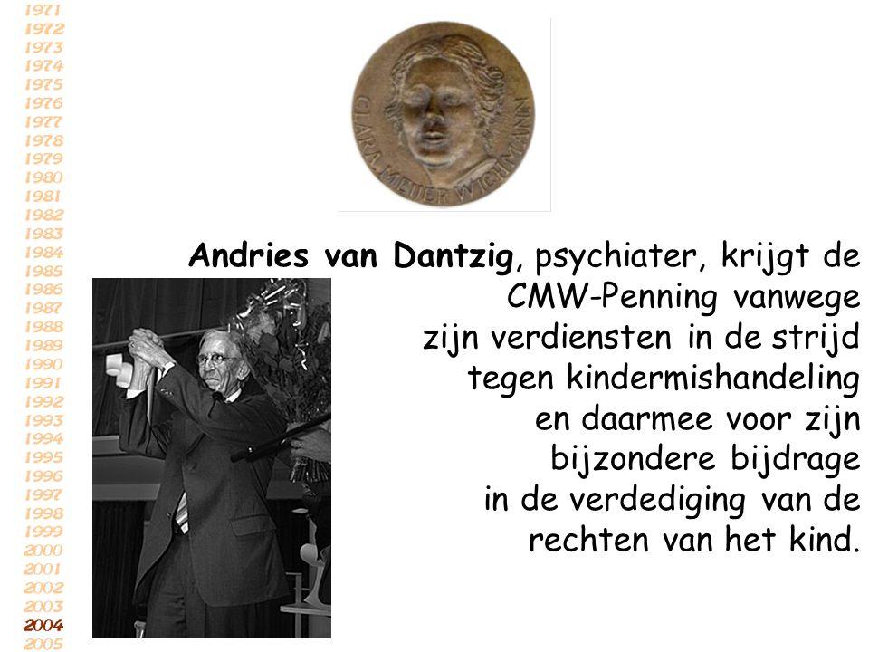 Andries van Dantzig, psychiater, krijgt de CMW-Penning vanwege zijn verdiensten in de strijd tegen kindermishandeling en daarmee voor zijn bijzondere