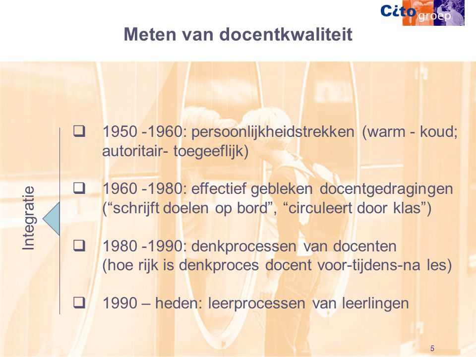 """5  1950 -1960: persoonlijkheidstrekken (warm - koud; autoritair- toegeeflijk)  1960 -1980: effectief gebleken docentgedragingen (""""schrijft doelen op"""