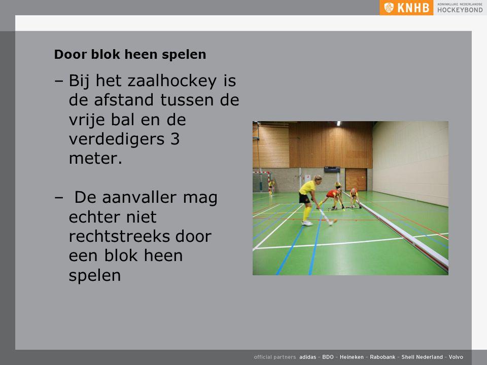 Door blok heen spelen –Bij het zaalhockey is de afstand tussen de vrije bal en de verdedigers 3 meter. – De aanvaller mag echter niet rechtstreeks doo