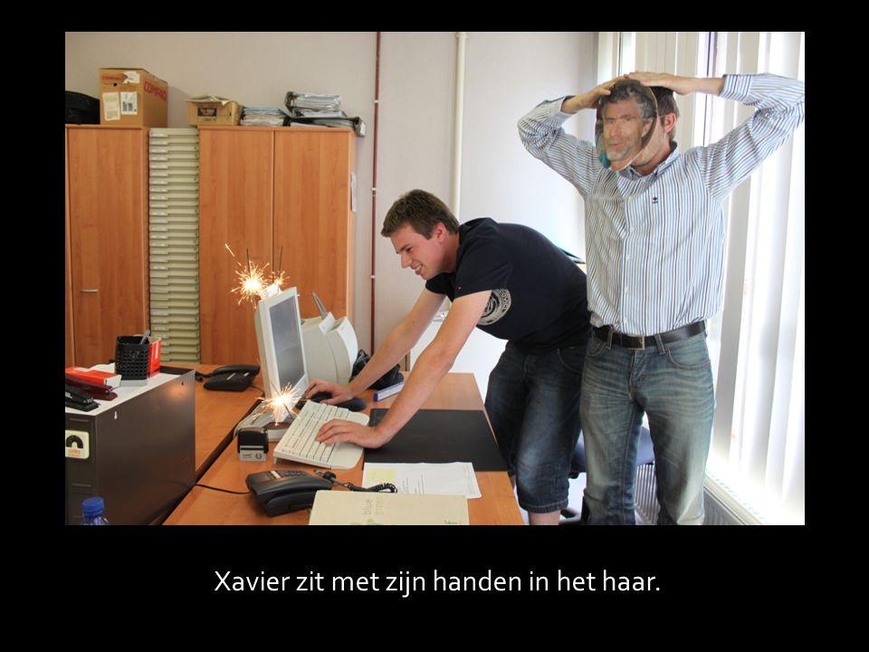 Xavier zit met zijn handen in het haar.