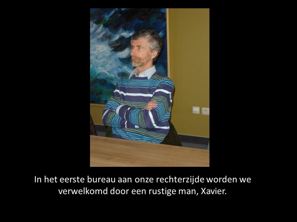 In het eerste bureau aan onze rechterzijde worden we verwelkomd door een rustige man, Xavier.