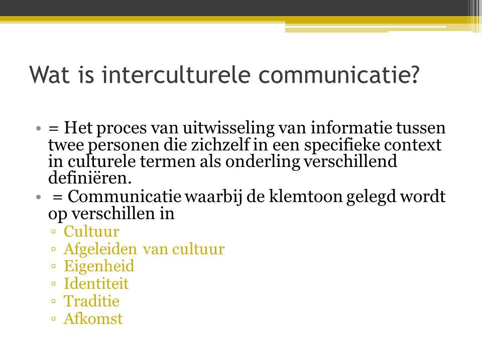 Wat is interculturele communicatie? •= Het proces van uitwisseling van informatie tussen twee personen die zichzelf in een specifieke context in cultu